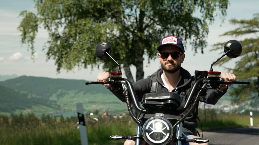 Dominik Widmer düst elektrisch durch die Schweiz