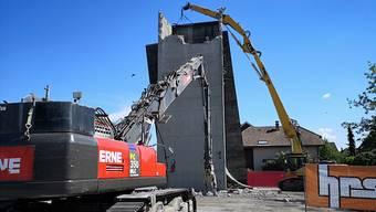 Die Baubewilligung fürs neue Stadion behält seine Gültigkeit: Am Dienstag wurde mit dem Abbruch im Torfeld Süd begonnen.