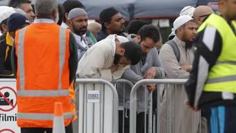 Viele Menschen in Neuseeland gedenken am Freitag der Anschlagsopfer auf zwei Moscheen von Christchurch.