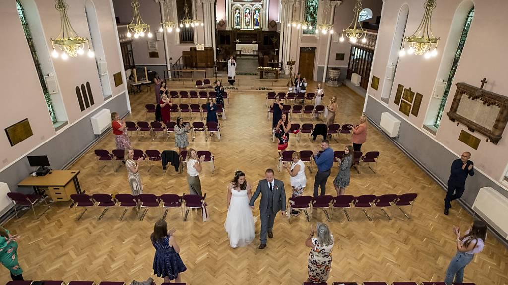 Hochzeit, aber ohne Tanzen – Englische Paare enttäuscht