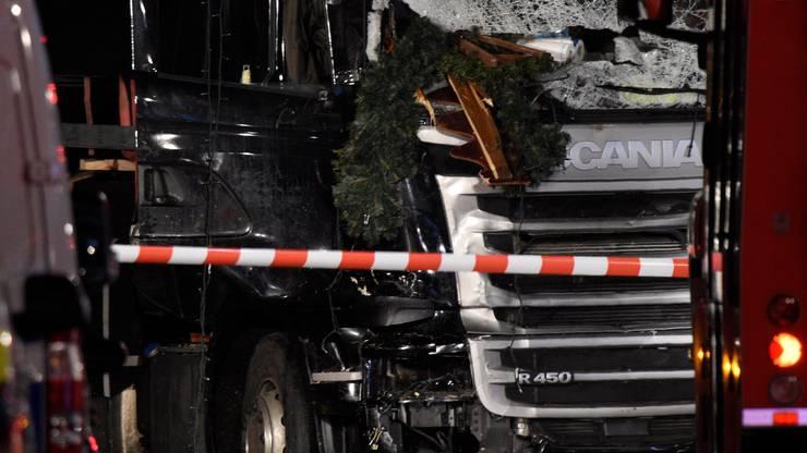 Der Lastwagen kracht durch die Gasse zwischen den Buden und überfährt Menschen. Nach 60 bis 80 Metern durchbricht er die linke Reihe der Buden und kommt halb auf der Budapester Strasse zum Stehen.