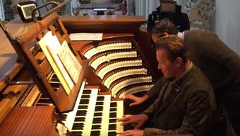Arnold Schwarzenegger im Passauer Dom: Nach dem Orgelkonzert versucht sich der Terminator selbst auf der grössten Kirchenorgel der Welt.