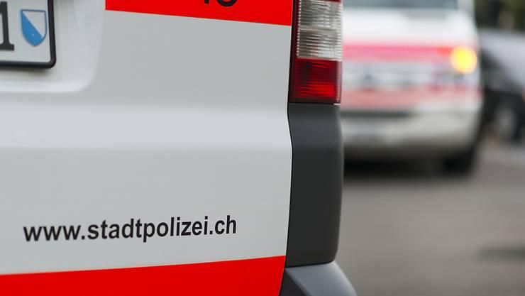 In Zürich ist ein Stadtpolizist von mehreren Personen verletzt worden. Er hatte einen Mann daran hindern wollen, am Pneu eines Polizeifahrzeuges die Luft rauszulassen. (Symbolbild)