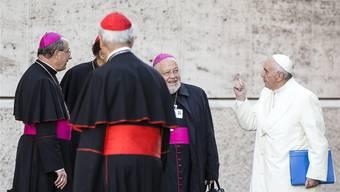 Papst Franziskus hebt im Scherz mahnend seinen Zeigefinger gegen Mitglieder der Weltbischofssynode in Rom.
