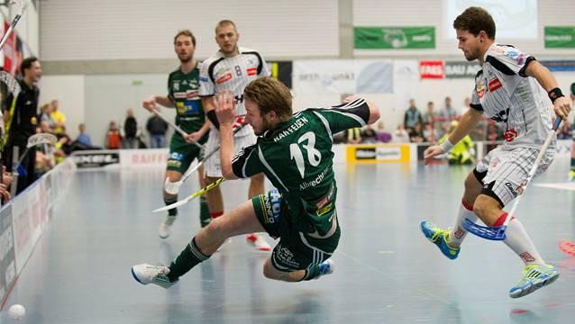 Stürmer Adrian Zimmermann (links)gehört zu den Schlüsselspielern bei Wiler-Ersigen. Von seiner Erfahrung und Explosivität soll die Mannschaft in der Endphase der Saison profitieren können.