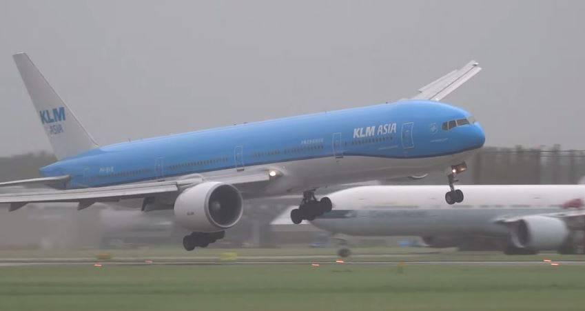 Bei der Landung geriet diese  Boeing 777 von KLM gefährlich in Schräglage.