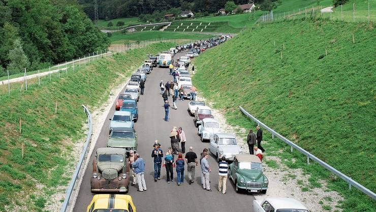 Mehrere Dutzend Oldtimer haben vor zehn Jahren in einem Korso die Strasse (hier: nördlich des Tunnels) eröffnet.