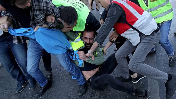 Demonstranten wurden an mehreren Orten der Innenstadt Istanbuls von der Polizei mit Gewalt gepackt und in Bussen fortgebracht.