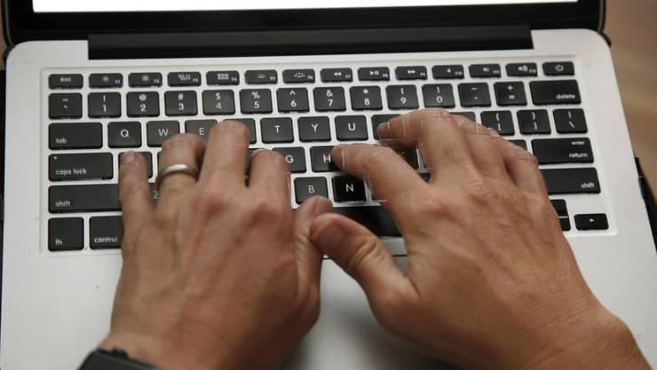 Die Anlagebetrüger kontaktieren ihre Opfer in der Regel übers Internet.