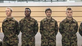 Soldaten mit Migrationshintergrund wie die Fussballer Nzuzi Toko (2. von links) und Amir Abrashi (ganz rechts) sollen leistungsfähiger und motivierter sein.