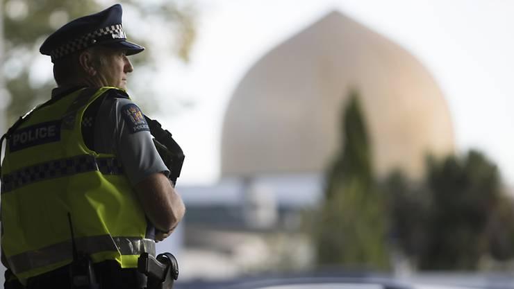 Ein Polizist bewacht die Al-Nur-Moschee nach dem Terroranschlag eines Rechtsextremisten in Christchurch. Knapp ein Jahr danach ist die Moschee erneut bedroht worden. (Foto:Vincent Thian/Ap Keystone-SDA)