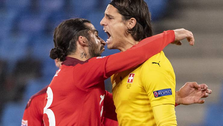 Am Ende durften sich die Schweizer über ein Unentschieden freuen: Ricardo Rodriguez umarmt Yann Sommer nach der ersten Penaltyparade