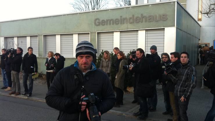 Journalisten warten auf die Eltern von Lucie