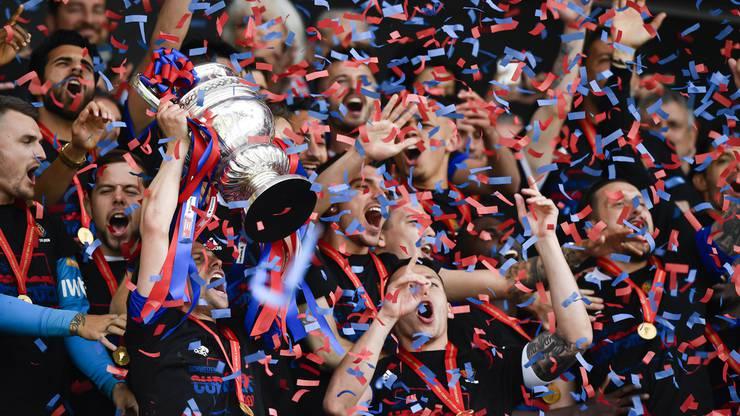 Im Regen der rot-blauen Schnippsel können die Basler endlich den Pokal hochheben.