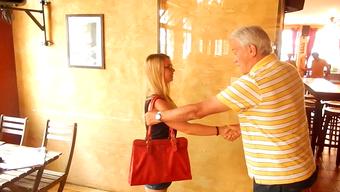 Trickdieb-Kenner Urs Saner zeigt Online-Praktikantin Caroline Kienberger, wie leicht es ist eine Handtasche zu klauen.