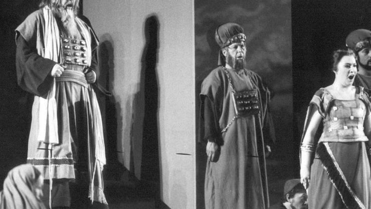 """Bonaldo Giaiotti als Zaccaria (links) 1986 auf der Bühne des Zürcher Hallenstadions in Giuseppe Verdis """"Nabucco"""". Am Dienstag ist der Sänger - einer der besten Bässe seiner Generation - mit 85 Jahren gestorben."""