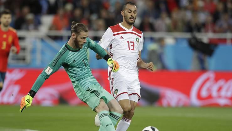 Spaniens Torhüter David De Gea klärt knapp vor Khalid Boutaib.