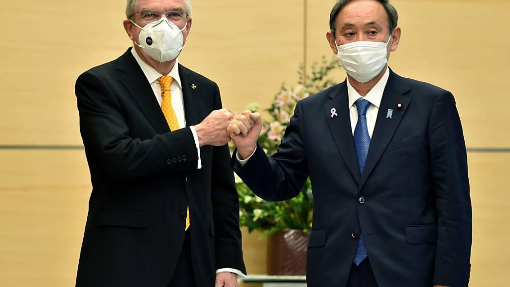 Japans Premierminister Yoshihide Suga (an der Seite von IOC-Präsident Thomas Bach) haben die Sommerspiele politisch keinen Kredit eingebracht