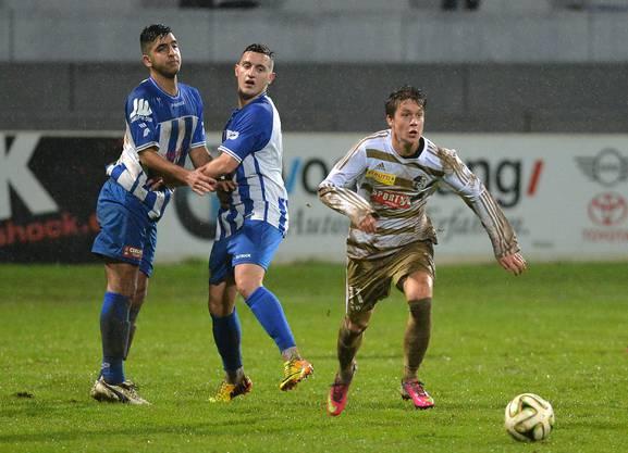 Die Grenchner Mete Karabulut (links) und Egzon Mustafi müssen den Luzerner Claudio Hollenstein ziehen lassen.