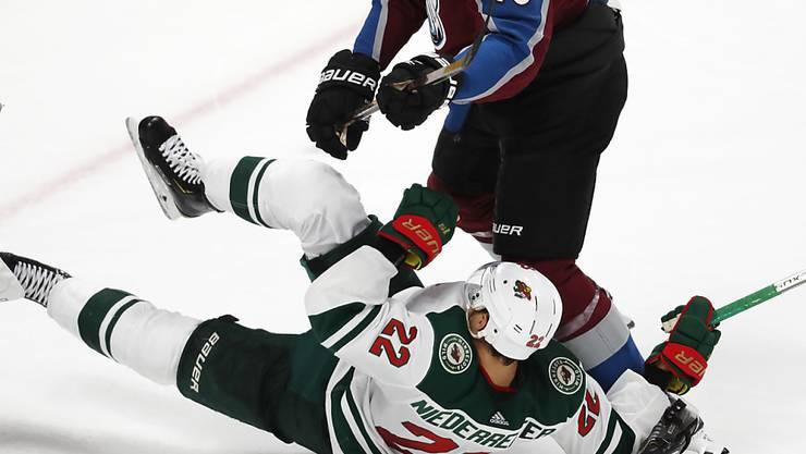Am Boden: Minnesotas Stürmer Nino Niederreiter nach dem Zweikampf mit Colorados Verteidiger Nikita Zadorow