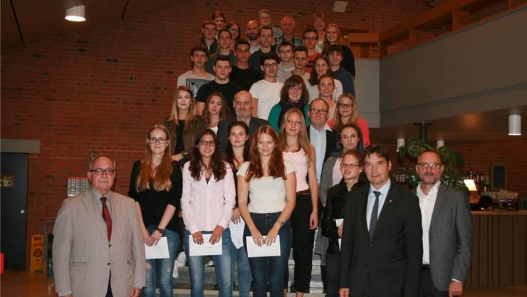 Die 26 JungbürgerInnen mit Alt-Bundesrat Samuel Schmid, Stapi François Scheidegger sowie Vertretern der Parteien, des Gemeinderates und der Bürgergemeinde.