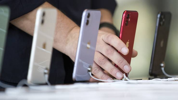 Konsumentinnen und Konsumenten entscheiden sich beim Kauf eines neuen Smartphones weniger oft für ein iPhone. (Archivbild)