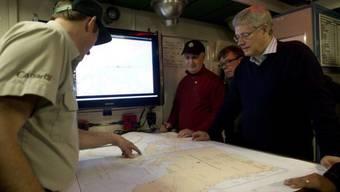 Harper (r) lässt sich über Expeditions-Suche informieren (Archiv)