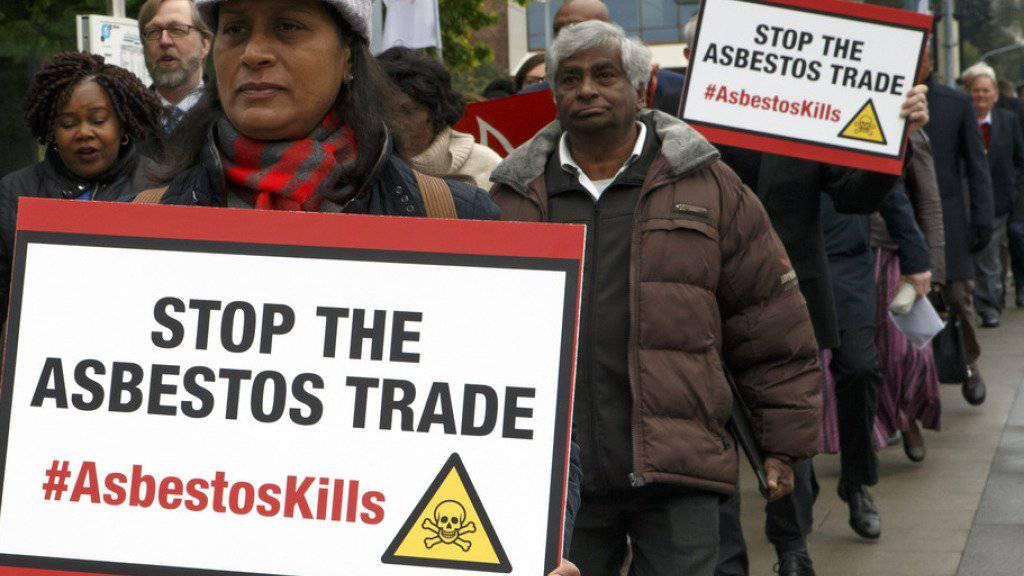 Demonstranten machen in Genf auf die Gefährlichkeit von Asbest aufmerksam und fordern ein weltweites Verbot der Substanz.