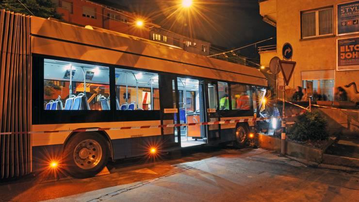 Der Trolleybus rollte aus der Haltestelle Rosengartenstrasse und prallte in eine Stützmauer