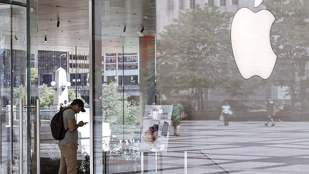 Ein Kunde im Laden des US-Technologiekonzerns Apple in Chicago.