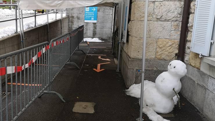 Der grinsende Schneemann vor dem Testzentrum.