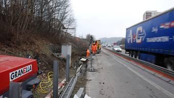 Vorarbeiten I Seit November werden auf der A1 in Lenzburg der Standstreifen verbreitert... fotos: Toni Widmer