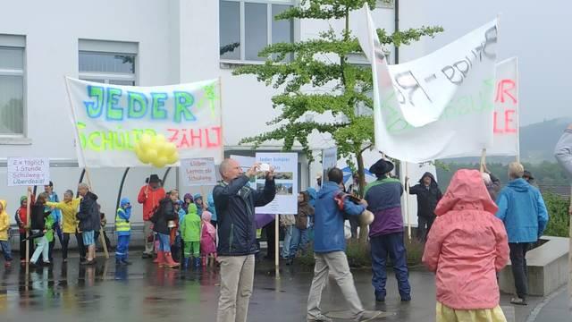 Die Delegation aus Thalheim findet sich beim Gemeindehaus in Schinznach-Bad ein