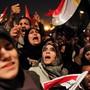 Ägypterinnen und Ägypter feiern im Februar 2011 den Sturz des Langzeitherrschers Hosni Mubarak auf dem Tahrir Platz in Kairo.