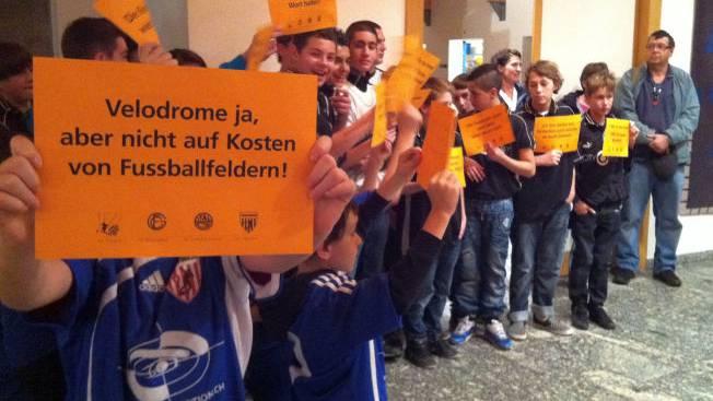 Fussballjunioren zeigen den Politikern im Namen der Fussballvereine die orange Karte.