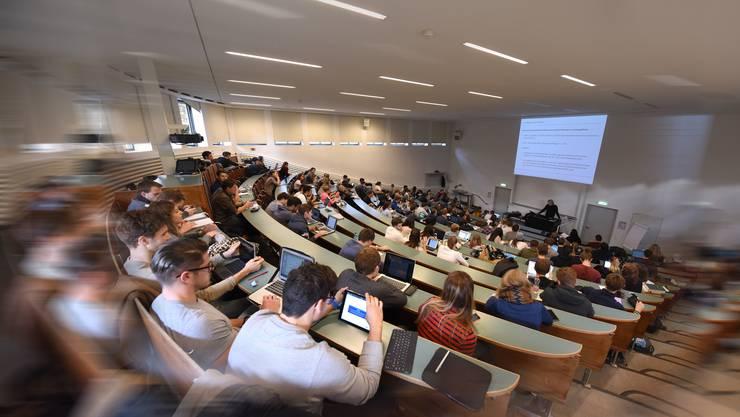 Nicht immer sind Studierende Zuhörer. Müssen sie vor ihren Kommilitonen einen Vortrag halten, kann dies zur Qual werden.