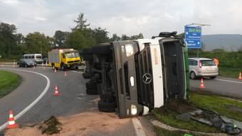 Lastwagen kippt auf Autobahnzubringer: Chauffeur verletzt