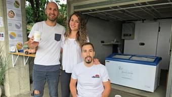 Die italienischen Geschwister Leonardo, Lorena und Angelo Lepore (von links) aus Villmergen haben in der Garage einen Gelato-Drive-in auf die Beine gestellt. Zu probieren gibt es fünf Sorten.