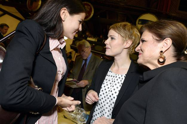 Nina Fehr-Duesel, links, Zuercher Stadtratskandidatin, Nationalraetin Natalie Rickli, Mitte, und Nationalraetin Doris Fiala, rechts,