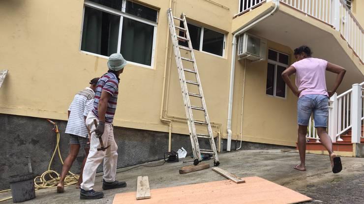Bewohner sichern die Häuser.