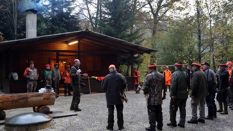 Präsident Roland Flury begrüsst am frühen Morgen die Jäger und Treiber zur Saisoneröffnung bei der Waldhütte der Jagdgesellschaft St. Stephan in Wolfwil.