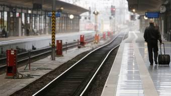 Reisender am Bahnhof Frankfurt (Archiv)