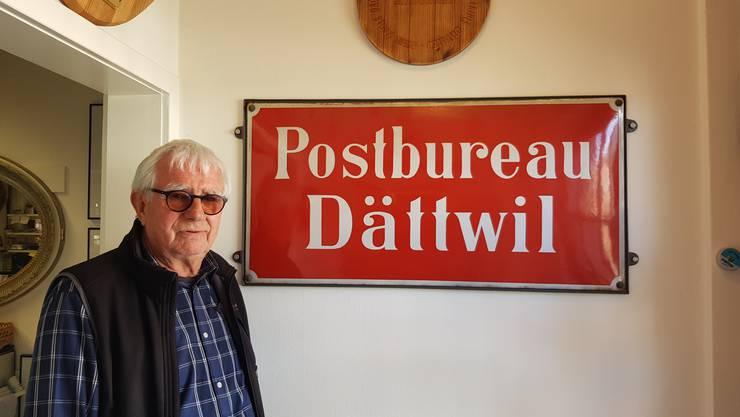 Martin Kuhn vor dem alten Post-Schild, das den Eingang seines Ladens ziert: «Die Dättwiler haben Freude, dass ich hier bin.»
