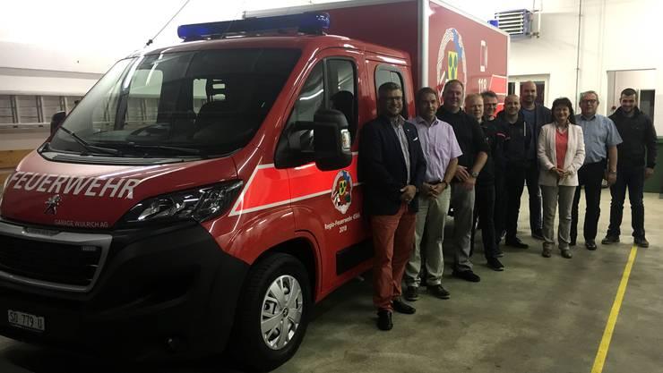 Mitglieder der Garage W. Ulrich AG, Gemeindepräsidenten und der Feuerwehrkommission
