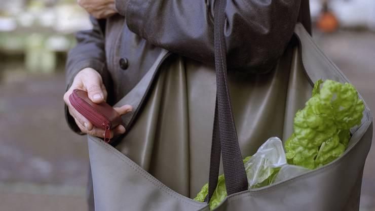 Senioren erhalten Unterstützung beim Einkaufen. (Symbolbild)