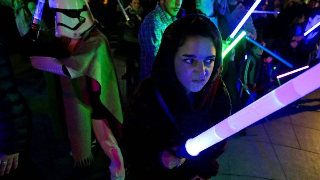 """""""Star Wars""""-Fans mit Lichtschwertern. Die """"Star Wars: Episode VII - The Force Awakens"""" ist in den USA äusserst erfolgreich gestartet. (Archiv)"""