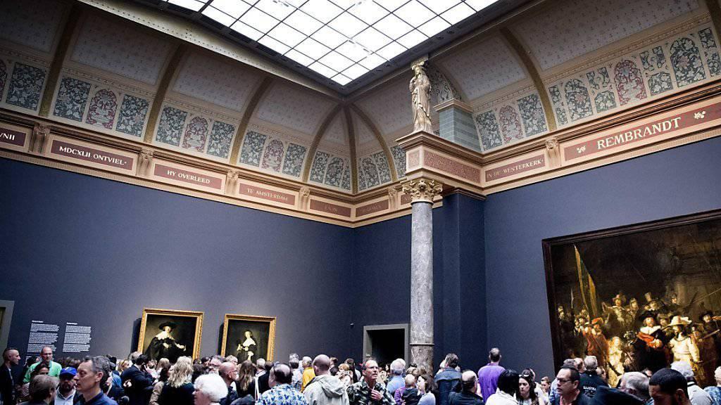 Rembrandts Porträts von Marten und Oopje (an der Wand links) aus dem Jahr 1634 lockten am Samstag tausende Menschen ins Reichsmuseum in Amsterdam.