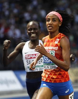 Hier freut sich Lonah Chemtai Salpeter über ihre vermeintliche Silber-Medaille, ...