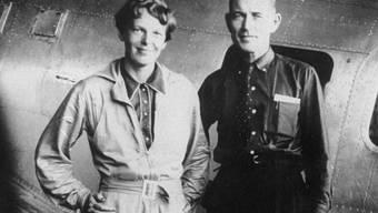 Amelia Earhart mit ihrem Navigator Fred Noonan vor der Lockheed Electra, mit der sie die Erde am Äquator umrunden wollten. Earhart verschwand 1937 bei diesem Versuch (Archivbild)