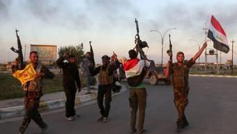 Sicherheitskräfte und Milizen feiern die Rückeroberung von Tikrit